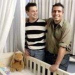 Rusia exige a España una normativa discriminatoria contra parejas del mismo sexo para desbloquear cientos de adopciones