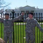Dos años de proceso judicial contra un militar expulsado del Ejército por ser gay que se encadenó a la valla de la Casa Blanca