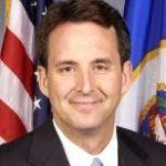 Lluvia de confeti rosa sobre el precandidato republicano Tim Pawlenty por sus posiciones homófobas