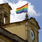 La bandera arco iris ondea en lo alto del Ayuntamiento de Sevilla