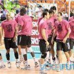 Compañeros e hinchada de un equipo brasileño de voleibol arropan a un jugador gay que recibió insultos homófobos