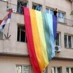 El Ministerio serbio de Derechos Humanos despliega una gigantesca bandera arco iris