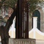 """Eduardo Mendicutti inaugura la """"Glorieta de la Igualdad Social"""" en Sanlúcar de Barrameda"""