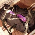 Pareja gay demanda a aerolínea por extraer y exponer públicamente un dildo de una de sus maletas
