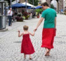 6078b7d16 Un padre alemán decide vestir falda en solidaridad con su hijo de ...