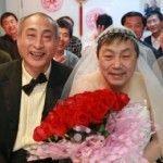 La pareja de jubilados chinos que salió del armario en una red social celebra una ceremonia de boda