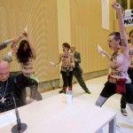 Activistas de Femen arrojan agua bendita al homófobo arzobispo de Malinas-Bruselas