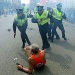 El enlace entre la policía y la comunidad LGTB, en una de las imágenes icónicas de la tragedia de Boston