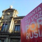 Concentración de protesta en Madrid contra los ataques al colectivo LGTB en Rusia