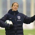 La capitana de la selección inglesa de fútbol Casey Stoney sale públicamente del armario