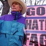 Las víctimas del líder religioso homófobo Fred Phelps le ofrecen tras su muerte el respeto que él les negó