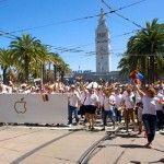 Tim Cook, consejero delegado de Apple, asiste junto a sus empleados al Orgullo de San Francisco