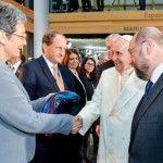 La eurodiputada austriaca Ulrike Lunacek entrega al papa una bufanda LGTB en su visita al Parlamento Europeo