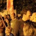 Besada LGTB frente al Ayuntamiento de Castilleja de la Cuesta (Sevilla) en protesta por la agresión homófoba