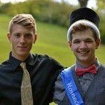 Joven jugador de fútbol sale del armario bailando con su novio en el instituto