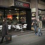 Denuncia a una cafetería de Barcelona de la que echaron a una pareja de mujeres por besarse