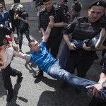 La policía rusa detiene al activista Nikolai Alekseev cuando intentaba celebrar una marcha del Orgullo en Moscú