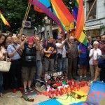 El colectivo LGTB despide a Pedro Zerolo y le tributa un sentido homenaje en la madrileña plaza de Chueca