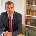 Los nacionalistas galeses eligen nuevo líder a Adam Price, primer político abiertamente LGTB en encabezar un partido en Gales