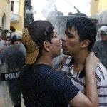 Violencia policial contra besos: activistas LGTB peruanos, duramente reprimidos al intentar reivindicar sus derechos