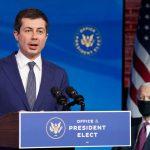 Joe Biden elige a su exrival en las primarias, el abiertamente gay Pete Buttigieg, como secretario de Transporte de su próximo Gabinete