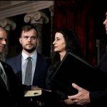 El hijo gay del nuevo senador por Alabama protagoniza una foto icónica con el homófobo vicepresidente Mike Pence