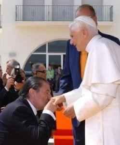 Francisco Vázquez besa anillo papa