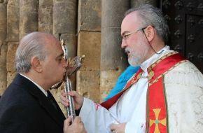 Jorge Fernández Díaz besa crucifijo