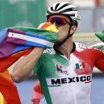 El patinador Jorge Luis Martínez hace historia en los Juegos Panamericanos celebrando su medalla con las banderas mexicana y arcoíris