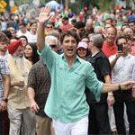 El primer ministro de Canadá participa también en el Orgullo LGTB de Montreal, ondeando una bandera arcoíris