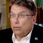 Pat McCrory, exgobernador de Carolina del Norte, se queja de que no le dan trabajo por haber apoyado la ley LGTBfoba del estado