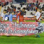 Los jugadores del Rayo Vallecano portaron este sábado una pancarta contra la homofobia