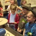 Encantadora boda «de pega» de dos niños varones en una escuela belga