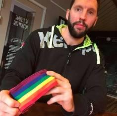 Tobias Karlsson brazalete arcoiris