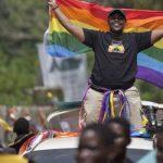 Activistas LGTB ugandeses plantan cara para celebrar el Orgullo 2018