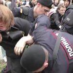 La policía rusa golpea con violencia y detiene a activistas LGTB mientras grupos neonazis se manifiestan impunemente