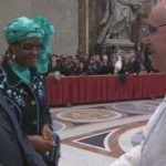 El papa recibe en el Vaticano al homófobo presidente de Zimbabue