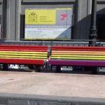 El Ayuntamiento de Oviedo repinta de arcoíris los cinco bancos que unos vándalos habían cubierto con la bandera rojigualda