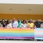 La concejala de Vox que acudió al despliegue de una bandera arcoíris en Torremolinos deja el partido tras descubrir que es homófobo