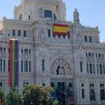 Nuevo guiño del Gobierno municipal de Madrid a la extrema derecha: mantiene la bandera arcoíris durante el Orgullo pero la desplaza a un lateral y en su lugar coloca una bandera española