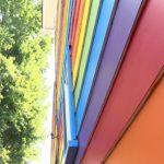 Una pareja de mujeres pinta su casa con la bandera arcoíris tras las burlas homofóbicas de sus vecinos