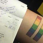 Una camarera estadounidense encuentra una anotación LGTBfóbica en la cuenta por llevar un tatuaje con los colores del arcoíris