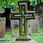 La decisión de algunos obispos estadounidenses de prohibir o limitar funerales a quienes convivan con parejas del mismo sexo causa controversia interna