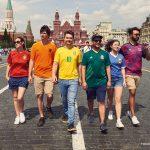 Seis activistas pasean por Moscú formando la bandera del arcoirís con las camisetas oficiales de su selección de fútbol