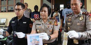La policía se incauta de condones en una fiesta gay celebrada en Cipanas en enero de 2018 (Java Occidental, Indonesia).