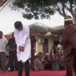 Se ejecuta la condena de 83 latigazos en público a dos jóvenes que mantuvieron relaciones homosexuales en Indonesia