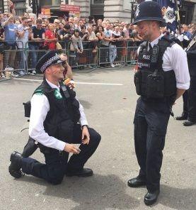 peticion de mano policias gais Londres