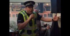 policia canta en karaoke gay de Glasgow