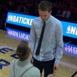 Un chico propone matrimonio a su novio, fan de los Chicago Bulls, en pleno partido de la NBA