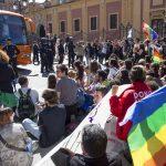 La Policía acusa a varios de los jóvenes que impidieron circular al autobús tránsfobo de HazteOír por las calles de Sevilla de presunto delito de odio